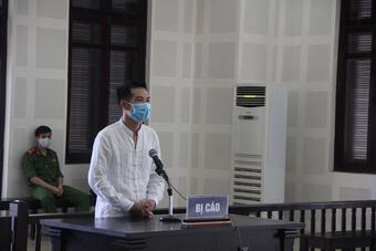 Lĩnh án 2 năm tù vì đâm trọng thương chồng cũ của người tình