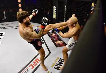 Võ sĩ Mỹ tung cú 'vô ảnh cước' cực mạnh hạ knock-out đối thủ sau 49 giây