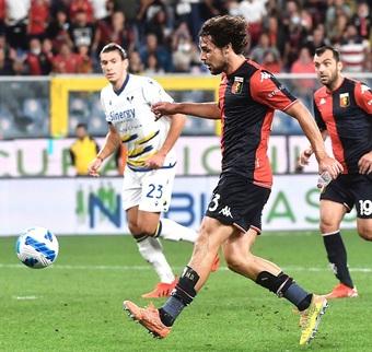 Tiền đạo Serie A ghi bàn trong tư thế cực dị