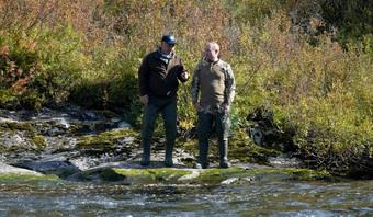 Kremlin đăng ảnh ông Putin băng rừng, lội sông câu cá ở Siberia
