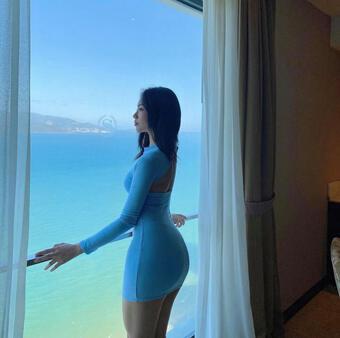 Hot girl Nha Trang quyến rũ với váy lụa dính người tôn vòng 3 tuyệt đẹp