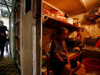 Giá nhà tăng cao chóng mặt, nhiều người buộc phải sống trong các căn hộ siêu nhỏ, kích thước chỉ bằng 2 chiếc giường ở Hong Kong