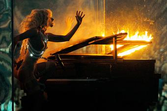 Nữ nghệ sĩ ngồi xe lăn hát, đốt nguyên cây đàn piano vẫn chưa sốc bằng việc dàn dựng cả một vụ treo người tự tử máu me khi diễn live