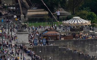 Nín thở xem màn đi bộ trên dây, mạo hiểm vượt qua sông ở Paris