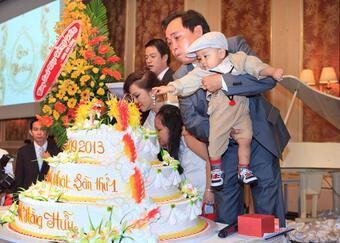 Đàm Vĩnh Hưng mặc 'style Fuho' hát trong tiệc bà Phương Hằng