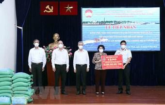 Quân chủng Hải quân hỗ trợ tài chính, gạo giúp TP.HCM chống dịch