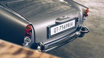 Xe James Bond nhí giá đắt hơn cả Porsche 911, có súng sau đèn pha, lật biển, xả khói như xe điệp viên