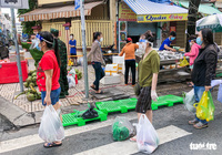 TP.HCM mở chợ dã chiến, dân phấn khởi đi chợ mua đủ loại thực phẩm