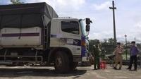 Tạm giữ tài xế và phụ xe ''thông chốt'' kiểm dịch Covid-19 liên tỉnh