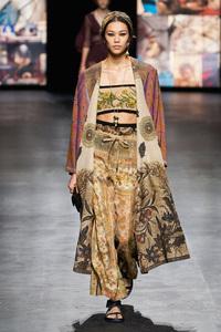 Mẫu Việt giờ vươn xa quá: Phương Oanh catwalk cho Dolce&Gabbana, có nàng còn phô trọn vòng 1 trên sàn diễn quốc tế