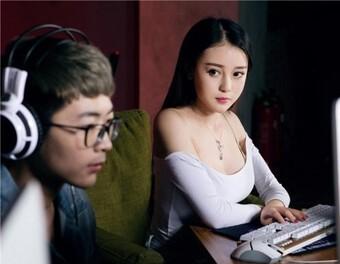 """Bị hỏi khó """"có nên hẹn hò với bạn trai mê game"""", gái xinh tư vấn đi vào lòng người, game thủ được dịp mát mặt"""