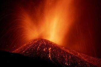 Tây Ban Nha cảnh báo nguy cơ khi dung nham từ núi lửa chảy ra biển