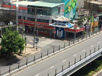 Nhiều tuyến đường và hẻm ở TP HCM vẫn cửa đóng then cài