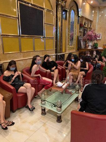 Bí mật trong quán karaoke đóng kín cửa, có nhiều cô gái giữa đêm