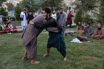"""Lính Taliban làm đủ trò lố bịch khiến giới lãnh đạo """"xấu hổ không còn chỗ nào chui"""": Siết ngay quân luật!"""