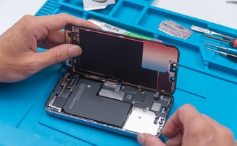 ''Mổ'' iPhone 13 Pro tại Việt Nam: Màn hình mỏng hơn, cụm camera thiết kế lại