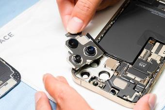 Hình ảnh ''mổ bụng'' chiếc iPhone 13 Pro Max đầu tiên tại Việt Nam, bên trong chiếc smartphone xịn xò này có gì?