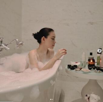 Linh Rin hiếm hoi khoe ảnh tắm bồn gợi cảm, em chồng Hà Tăng phản ứng thế nào?