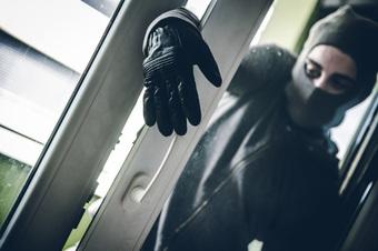 Bất chợt tỉnh giấc thấy phòng trống bên cạnh sáng đèn, người phụ nữ tái mặt khi nhìn vào bên trong