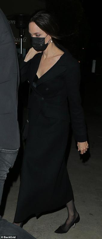 """Không còn bí mật, Angelina Jolie bị """"tóm gọn"""" công khai sóng đôi hẹn hò với The Weeknd kém 15 tuổi"""