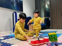 Subeo mặc đồ đôi, quấn quít chơi cùng Suchin, nhìn là biết cậu bé cưng em gái cỡ nào