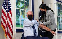 Ông Biden tiêm mũi vaccine Covid-19 thứ ba, chỉ trích người chưa tiêm chủng