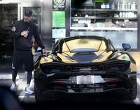 Chạy Mercedes-Benz nhưng huyền thoại MU để xe hết xăng giữa đường, phải ''xin'' xăng từ xe khác