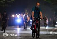 """Người Hà Nội hồ hởi đổ ra đường tập thể dục từ sáng sớm, """"trường đua"""" xe đạp quanh hồ Gươm lại trở nên rộn ràng"""