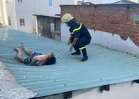 Người đàn ông nhảy từ lầu 4, may mắn rơi trúng mái tôn