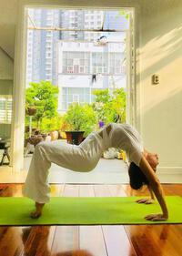Mẹ Hà Hồ tập yoga, khoe body tuổi 64 bên 2 cháu Leon Subeo