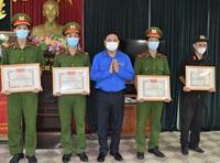 Cứu người gặp nạn, 4 cảnh sát cơ động dính máu nạn nhân nhiễm HIV/AIDS