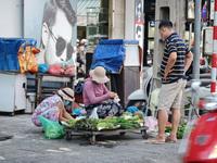 Tiểu thương tràn xuống vỉa hè lập chợ cóc giữa trung tâm TP Đà Nẵng