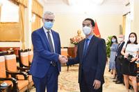 """Nước láng giềng tạo điều kiện cho AstraZeneca xuất vaccine sang Việt Nam; Pfizer tiết lộ """"sốc"""" về hiệu quả vaccine Covid-19"""