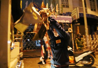 TP.HCM: Chủ tịch phường xắn tay áo đi tháo dỡ rào chắn cho dân giữa đêm