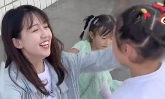 """""""Cô giáo thôn quê đẹp nhất Trung Quốc"""" bị tố gian lận từ thiện"""