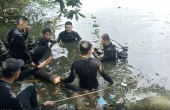 """TP.HCM: 2 người nhảy xuống ao nghi tự tử rồi bơi vào bờ về nhà nhưng để lại tư trang, """"người nhái"""" lặn tìm nhiều tiếng"""