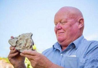 """Mang về hòn đá """"nặng mùi"""" khiến cả nhà khó chịu, mày mò nghiên cứu, ông lão không ngờ thứ này lại có thể giúp ông đổi đời"""
