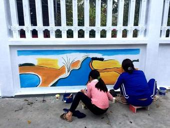 """Mẹ đảm ở Vĩnh Phúc """"biến"""" tường rào cũ kỹ thành loạt tranh vẽ sinh động"""