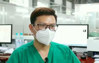 """""""Bao giờ em chết?"""": Câu hỏi của bệnh nhân bị COVID tàn phá 2 phổi, tiên lượng nặng ám ảnh bác sĩ điều trị"""