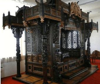 """Bỏ 70 tỷ đồng để mua chiếc giường khắc 55 con Rồng xanh mà Hoàng đế từng nằm, sau khi đem đi triển lãm chuyên gia phán một câu khiến ông """"đứng hình"""""""