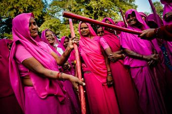 Gulabi Gang - ''''Băng đảng màu hồng'''' của chị em Ấn Độ chuyên đi diệt trừ yêu râu xanh, vũ phu và gia trưởng