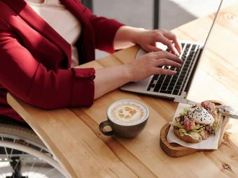 Chuyên gia chỉ ra 4 tác hại đáng ngạc nhiên khi bạn ăn tại bàn làm việc
