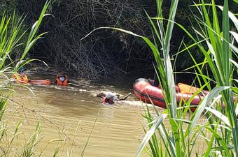 Vụ 3 cha con bị nước cuốn trôi trên đường đi thăm ông ngoại về: Tìm thấy thi thể 2 cháu bé sau 4 ngày