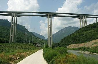 """Choáng ngợp với hình ảnh một trong những cây cầu """"chân dài"""" nhất thế giới"""