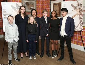 Angelina Jolie công khai hẹn hò ăn tối với nam ca sĩ kém 15 tuổi?