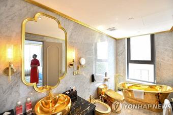 """Cận cảnh tô phở """"sặc mùi tiền"""" ở khách sạn dát vàng hot nhất Việt Nam, xem xong dân mạng chỉ để ý chi tiết này"""