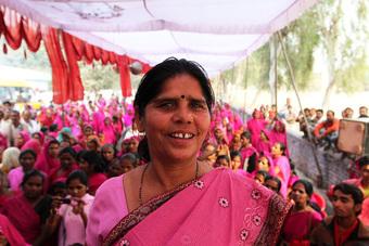 """Gulabi Gang - """"Băng đảng màu hồng"""" của chị em Ấn Độ chuyên đi diệt trừ yêu râu xanh, vũ phu và gia trưởng"""