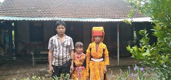Khối u trên cơ thể ngày một lớn, bé gái dân tộc nghèo mong có tiền để được phẫu thuật sớm