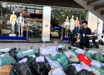 Hà Nội ngày đầu mở cửa trở lại TTTM, shop thời trang: Nơi tấp nập, nơi vắng hoe khách