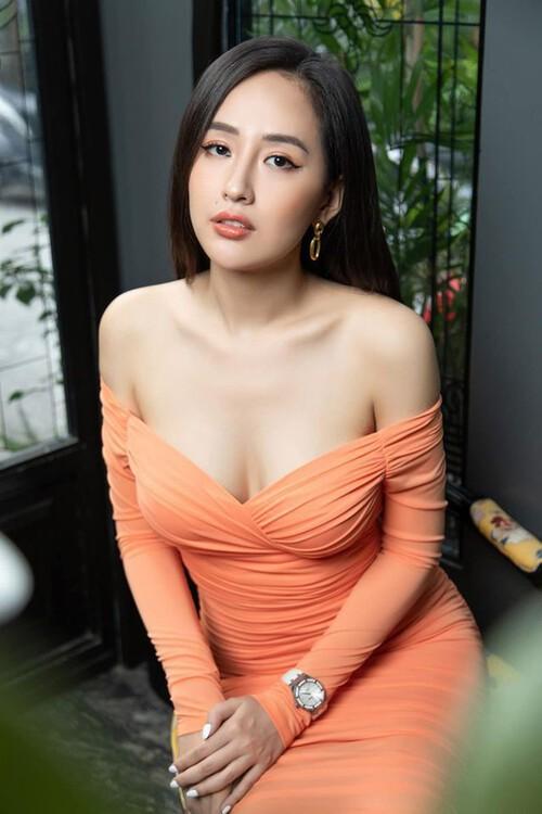Mai Phương Thuý diện váy trễ, xẻ cao ngút, là nữ giám khảo hoa hậu gợi cảm nhất